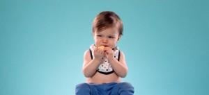 Bébé mangeant un citron